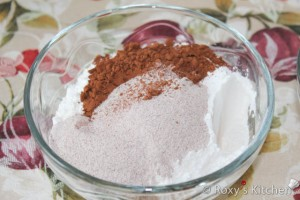 Combine the remaining flour with cocoa and cappuccino.